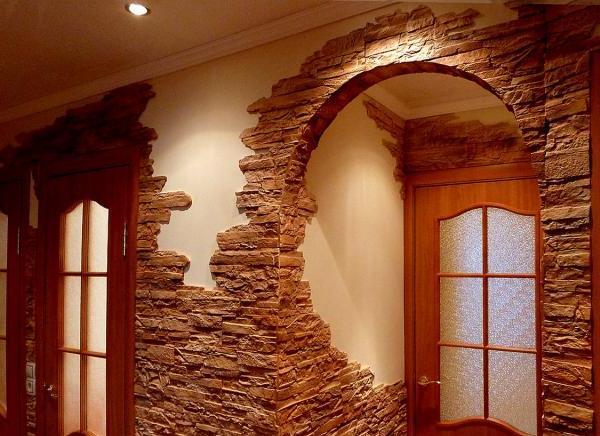 искусственный камень в интерьере коридора фото