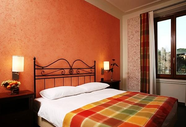 как красиво наклеить обои в спальне двух цветов фото 5