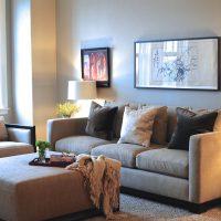 диван в интерьере гостиной фото 48