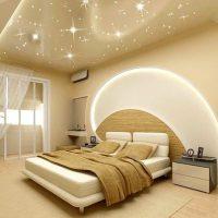 натяжные потолки в спальне фото 36