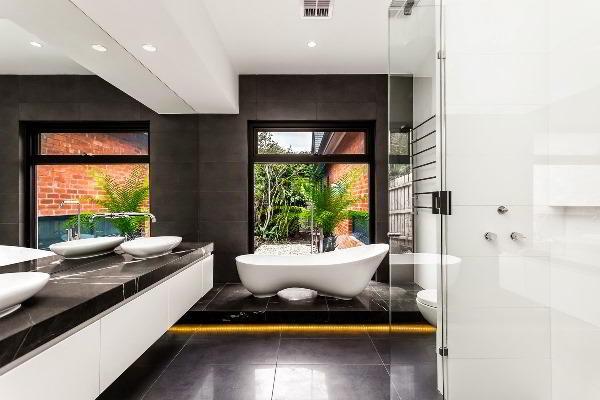 черно белый интерьер ванной комнаты фото 18