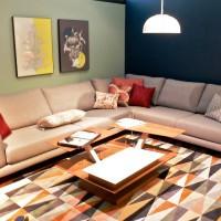 комбинирование обоев в зале с угловым диваном фото