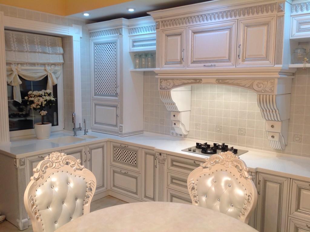 римская штора на белой кухне