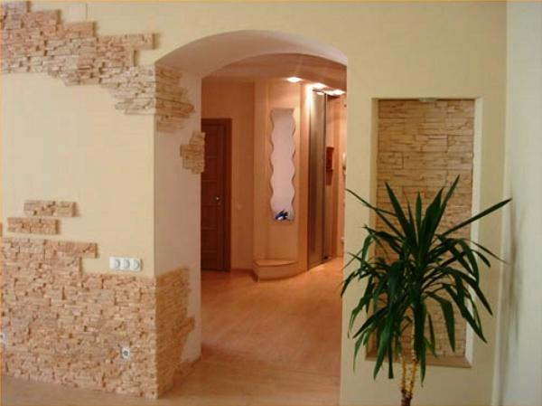 отделка стен декоративным камнем в прихожей фото 3