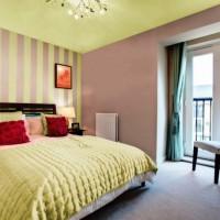 дизайн спальни с обоями двух цветов фото 36