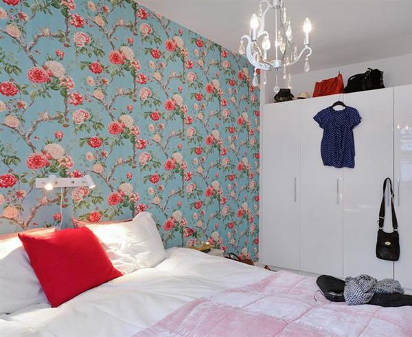 как красиво наклеить обои в спальне двух цветов фото 10