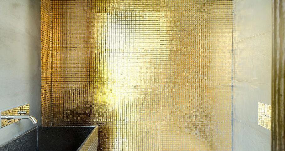 золотая мозаика в ванной