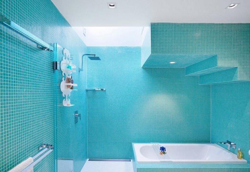 синяя мозаика в ванной