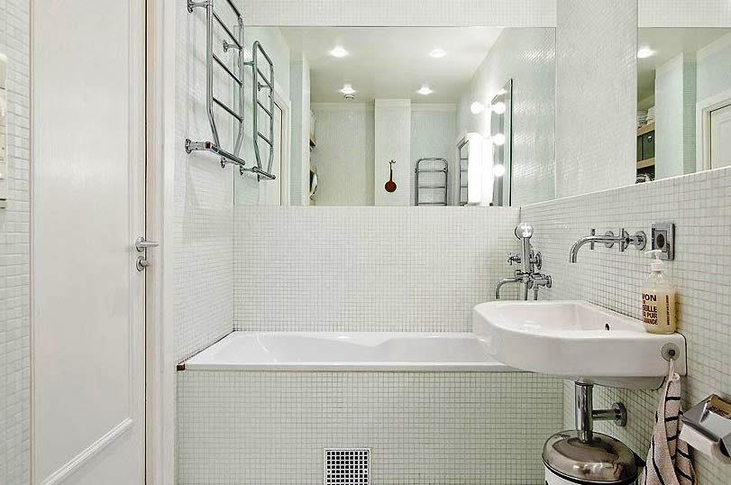 ванна в белой мозаике