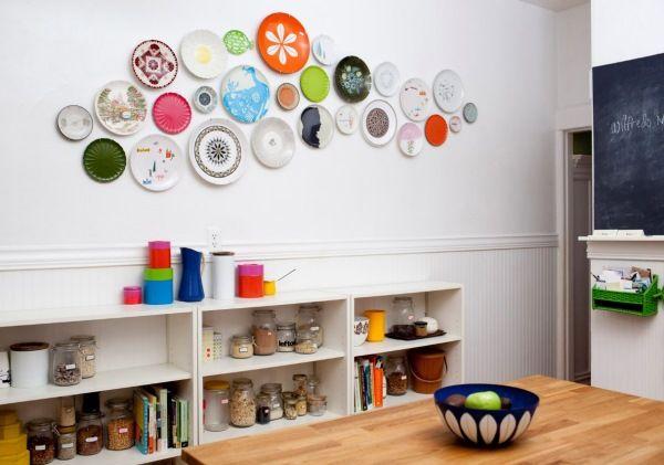 тарелки на стене на кухне фото
