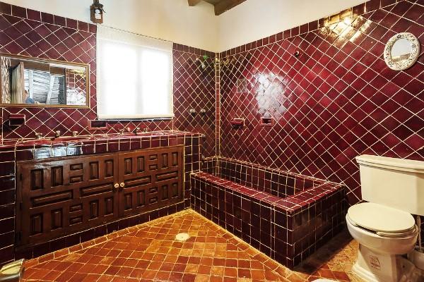 бордовая ванная фото 11