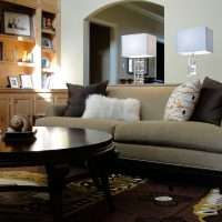 диван в интерьере гостиной фото 59