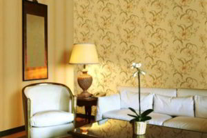 комбинирование обоев в гостиной фото 59